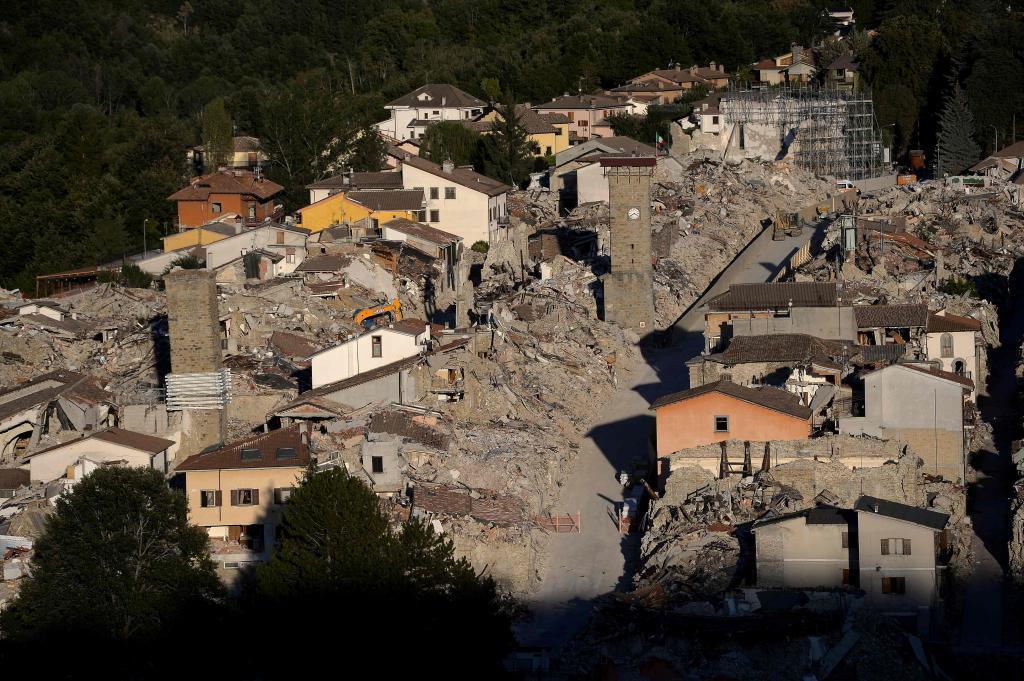 El reloj del campanario de Amatrice sigue marcando las 3:36, la hora exacta a la que la ciudad se vino abajo por el terremoto hace hoy un año. En la imagen una vista aérea de la ciudad tomada este mes.