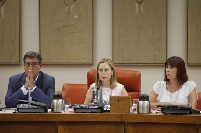 La presidenta del Congreso, Ana Pastor, el vicepresidente primero, Ignacio Prendes, y la vicepresidenta segunda, Micaela Navarro, durante la reunión de la Diputación Permanente del Congreso,