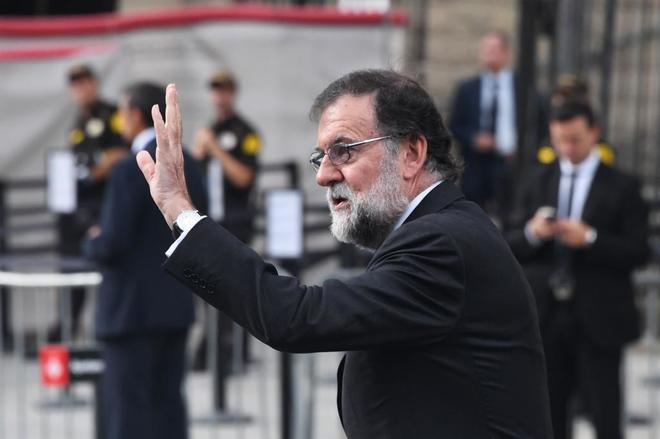 El presidente del Gobierno, Mariano Rajoy, saluda a su llegada al acto...