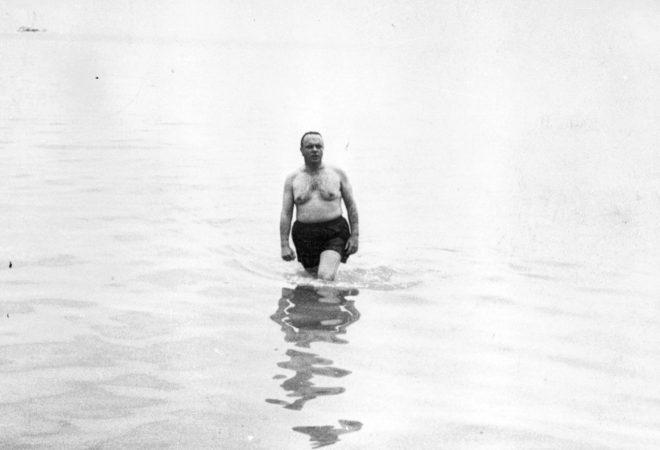 El baño nuclear del ministro de Turismo Manuel Fraga en 1996   loc   EL  MUNDO