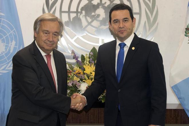 Jimmy Morales (d) saluda al secretario general de la ONU, António Guterres en Nueva York