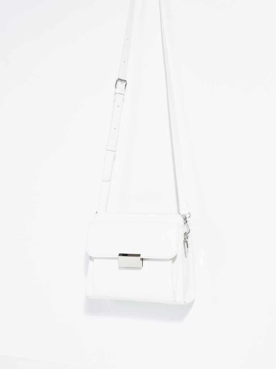 46554989d Bandolera blanca con terminaciones metalizadas modelo 'La Maison' (25,99  euros)