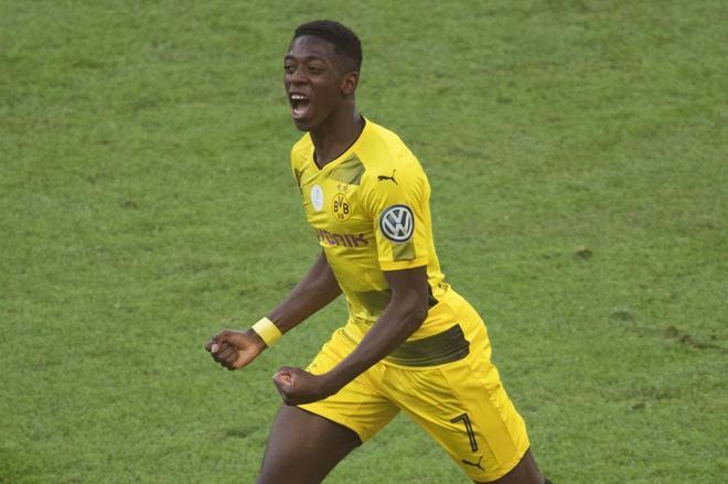 Ousmane Dembélé celebra un gol en un duelo de la Copa alemana.