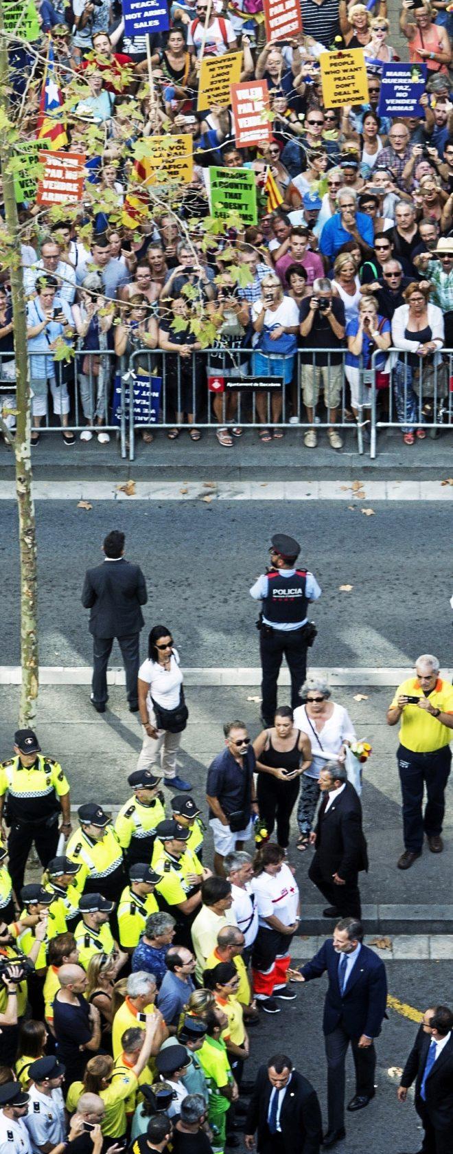 El Rey saluda a los miembros de los Mossos, Policía y Guardia Civil.