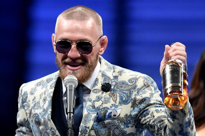Conor McGregor habla con la prensa después del combate, este domingo en Las Vegas.