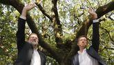 Rajoy y Feijóo saludan a los asistentes al acto del PP en Cotobade.