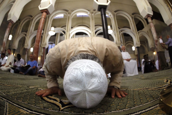 Un hombre arrodillado en la mezquita de la M-30, situada en Madrid,...