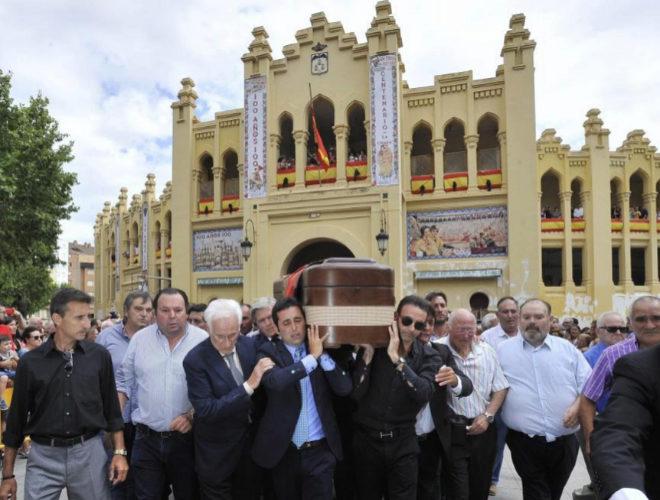 El hijo de Dámaso González y Enrique Ponce, portando el féretro con los restos mortales del diestro