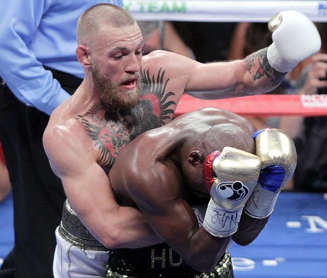 McGregor intenta golpear Mayweather, durante el combate disputado en Las Vegas.
