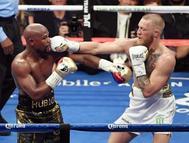 Conor McGregor lanza un directo a Floyd Mayweather durante el sexto asalto.