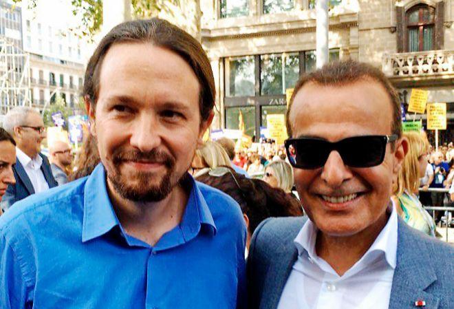 El líder de Podemos posa junto al embajador de Qatar, el pasado...
