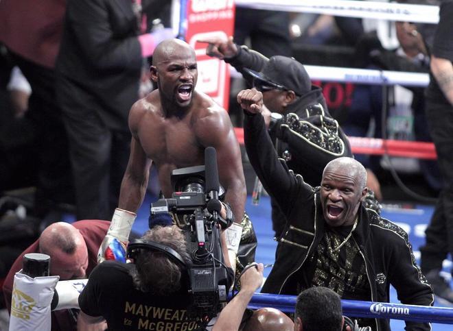 Mayweather, junto a su padre, festejando el triunfo sobre McGregor.