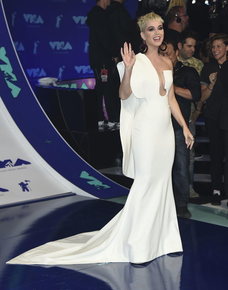 La cantante se decantó por un vestido futurista de Stephane Rolland...