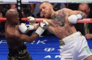 McGregor intenta golpear a Mayweather, en el combate celebrado en Las Vegas.