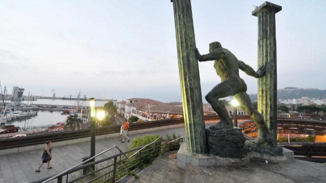 Estatua de 'Los Hércules y la Unión del Mundo', que unifica...