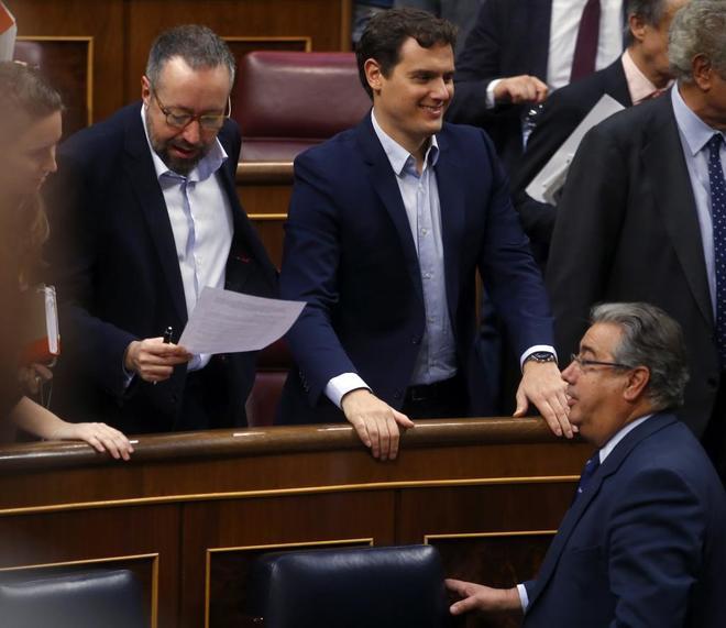 Juan Ignacio Zoido pasa junto a la bancada de Ciudadanos, con Albert...