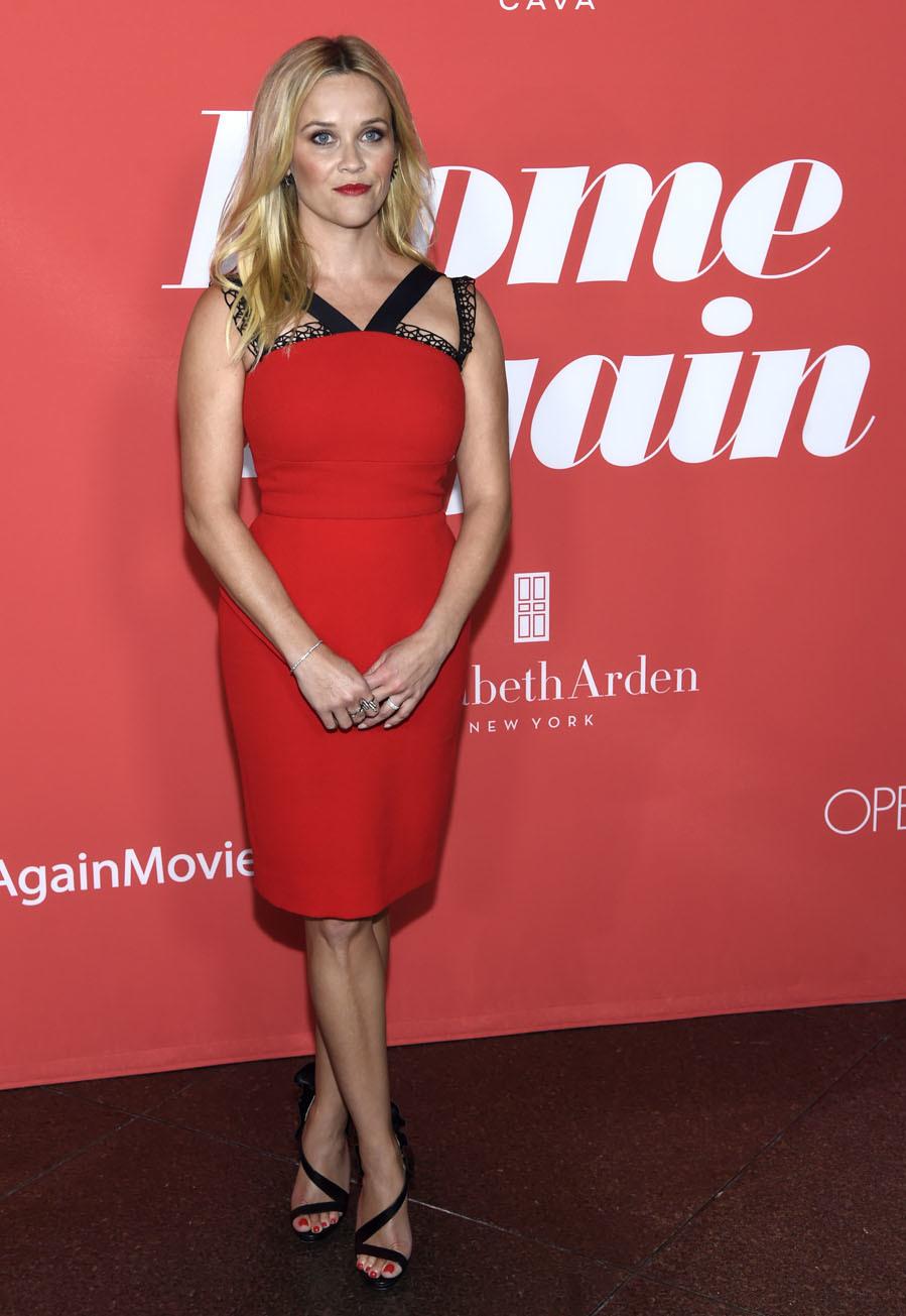 La actriz posó con un vestido entallado en color rojo firmado por...
