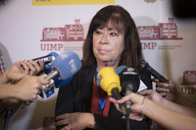 Cristina Narbona atiende a los medios en Santander.