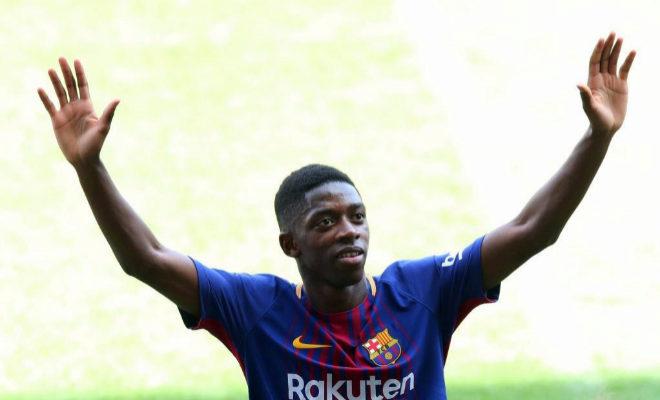 Ousmane Dembélé saluda a la afición durante su presentación con el Barcelona.