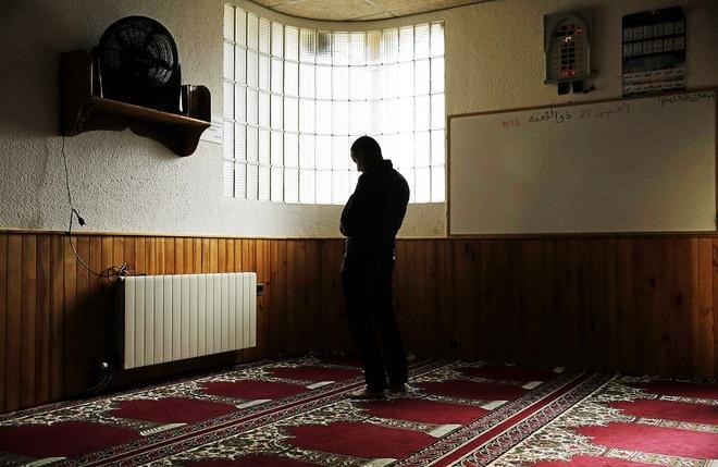 Un ciudadano musulmán durante un momento de oración en la mezquita...