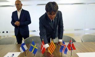 Carles Puigdemont y Raül Romeva, en la delegación de Cataluña en...