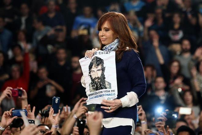 La expresidenta argentina, Cristina Fernández de Kirchner, ahora en la oposición, sostiene un poster con la cara de Santaigo Maldonado durante un mítin