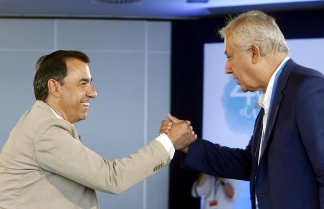 Fernando Martínez-Maíllo y Javier Arenas se saludan durante la primera jornada de la interparlamentaria del PP.