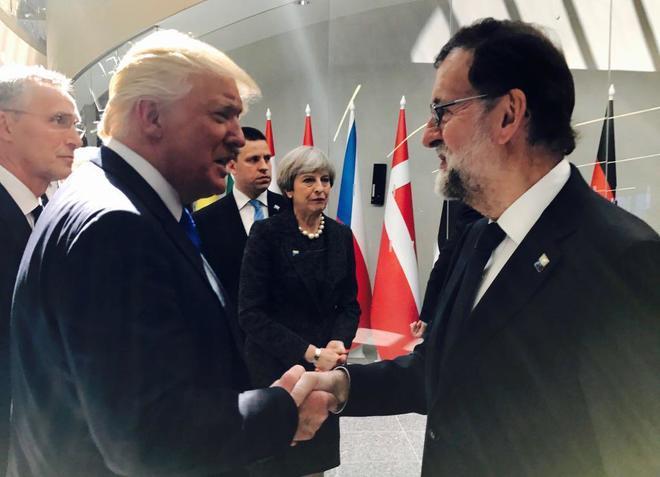 Donald Trump y Mariano Rajoy se saludan durante la cumbre de la OTAN...