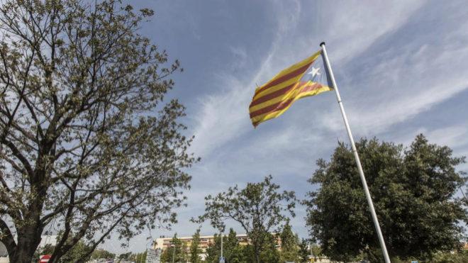 Una gran bandera estelada en la entrada de Palafrugell.