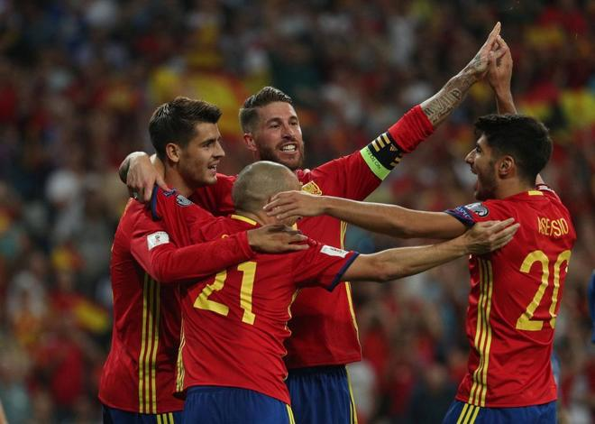 Los jugadores de la selección española celebran el gol de Morata.