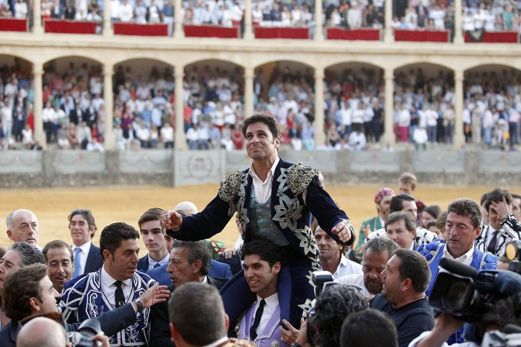Rivera Ordóñez salió por la puerta grande a hombros de su hermano Cayetano, y rodeado de amigos, compañeros y familiares