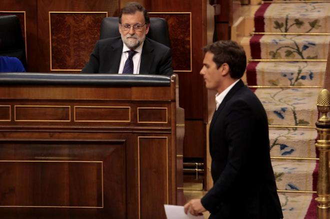 Mariano Rajoy observa a Albert Rivera tras bajar de la tribuna durante...
