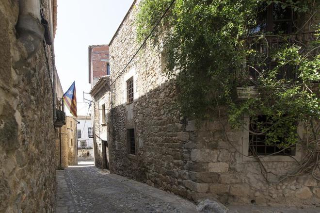 Calle de Les Eres en Saus (Gerona), con la 'estelada' ondeando.