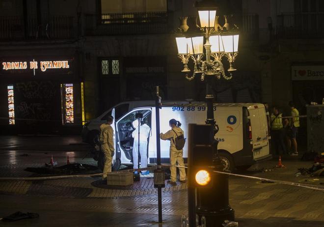 Especialistas registran la furgoneta usada en el atentado de Las...