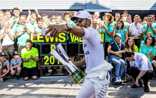 Lewis Hamilton, durante la celebración de su victoria en Monza.