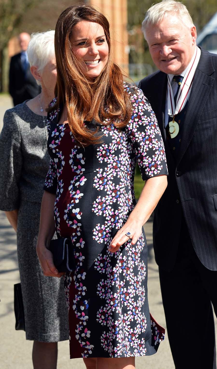 1b1417db2 El estilo premamá de Kate Middleton - Vestido recto estampado ...