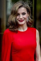 Un 'look' años 50 que combina con labios y vestido rojos.