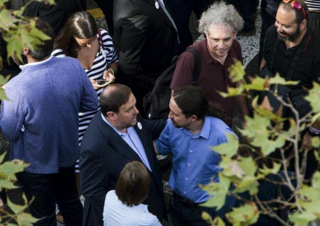 Pablo Iglesias y Oriol Junqueras conversan durante la manifestación...