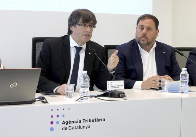 Carles Puigdemont y Oriol Junqueras explicando el despliegue de la...