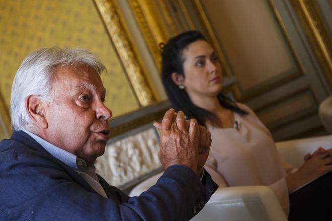 El ex presidente del Gobierno, Felipe González, junto a la mujer del preso político Yon Goicoechea, Rosura Valentini.
