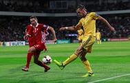 Gareth Bale golpea el balón durante el partido ante Moldavia.