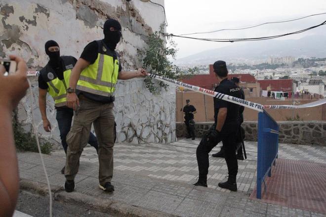 Efectivos de la Policía Nacional durante el registro realizado en un domicilio en Melilla.