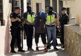 Agentes de la Policía Nacional trasladan al detenido durante el...