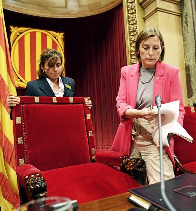 Carme Forcadell, presidenta del Parlament, toma asiento ayer durante el Pleno.