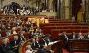 Banderas de España y Cataluña decoran parte de la bancada vacía de...