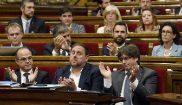 Carles Puigdemont (dcha.) junto a Oriol Junqueras y Jordi Turul...