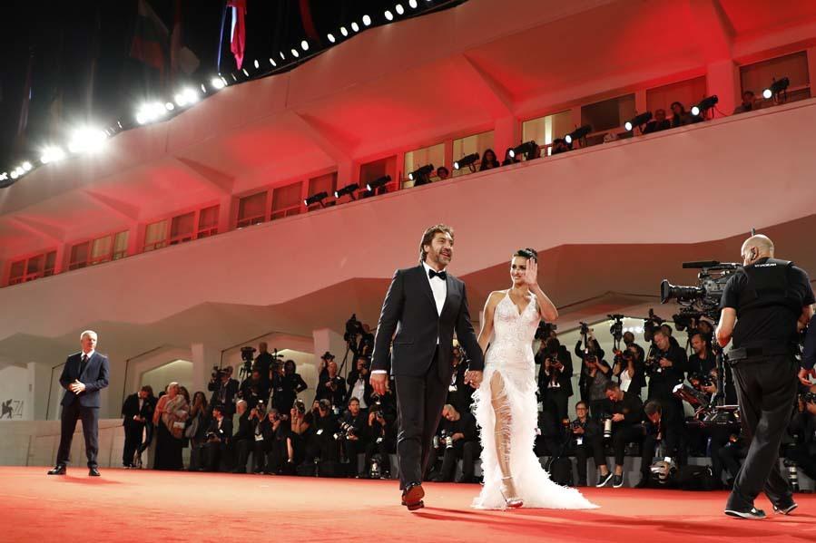 La pareja pisó la alfombra roja bajo la expectación de un centenar...