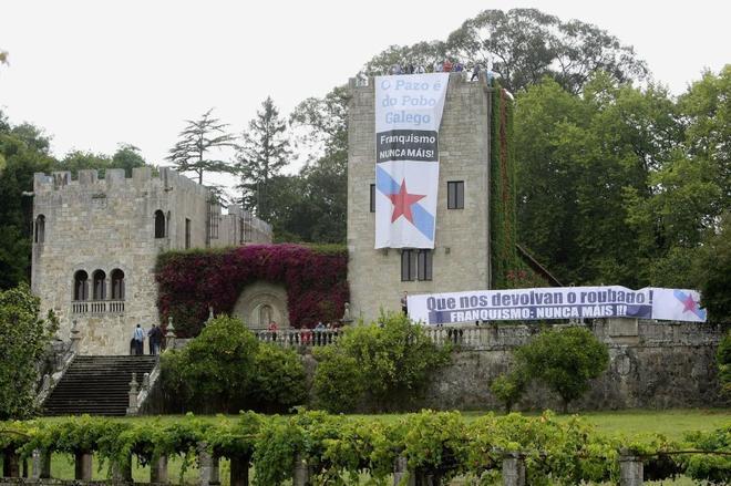 Pancartas reclamando el devolución del pazo colocadas el pasado...