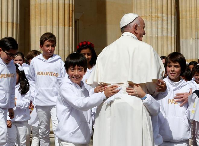 Un grupo de niños recibe al Papa Francisco en el palacio presidencial de Narino, en Bogotá el 7 de septiembre de 2017.