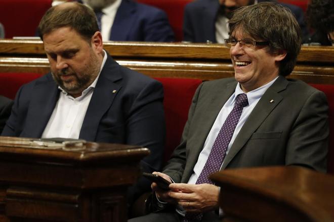 Oriol Junqueras y Carles Puigdemont durante el pleno del jueves en el...